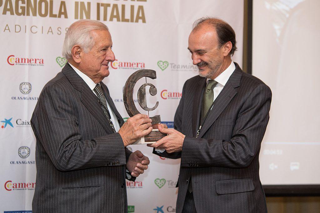 entrega del embajador de españa a Ignacio Orlando del premio a la mejo empresa española en italia