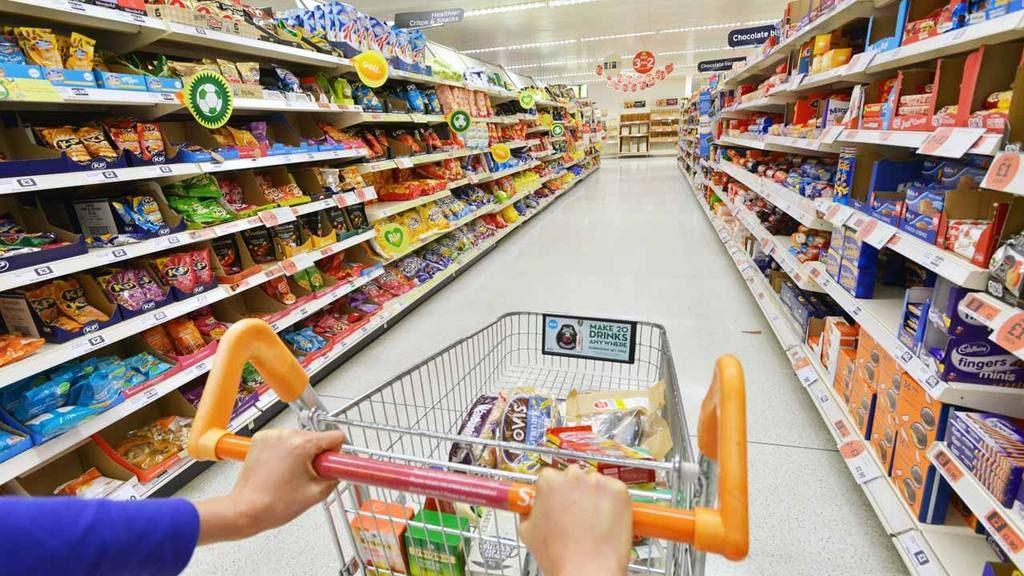 Estantes de supermercado con productos poco saludables.