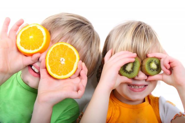 Niños que saben comer con conciencia gracias a la educación