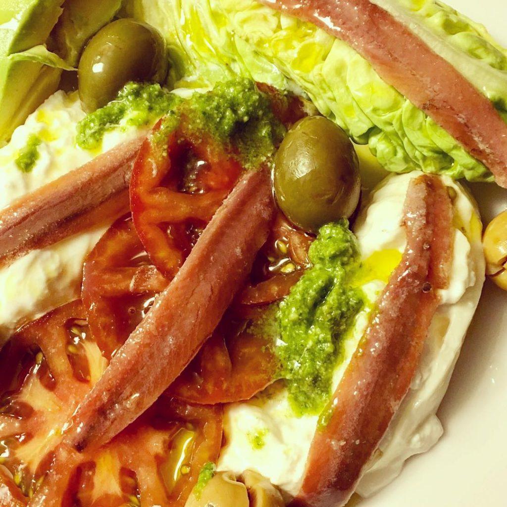 A cenaaaar! Ensalada con burrata filetes de anchoa del Cantbricohellip