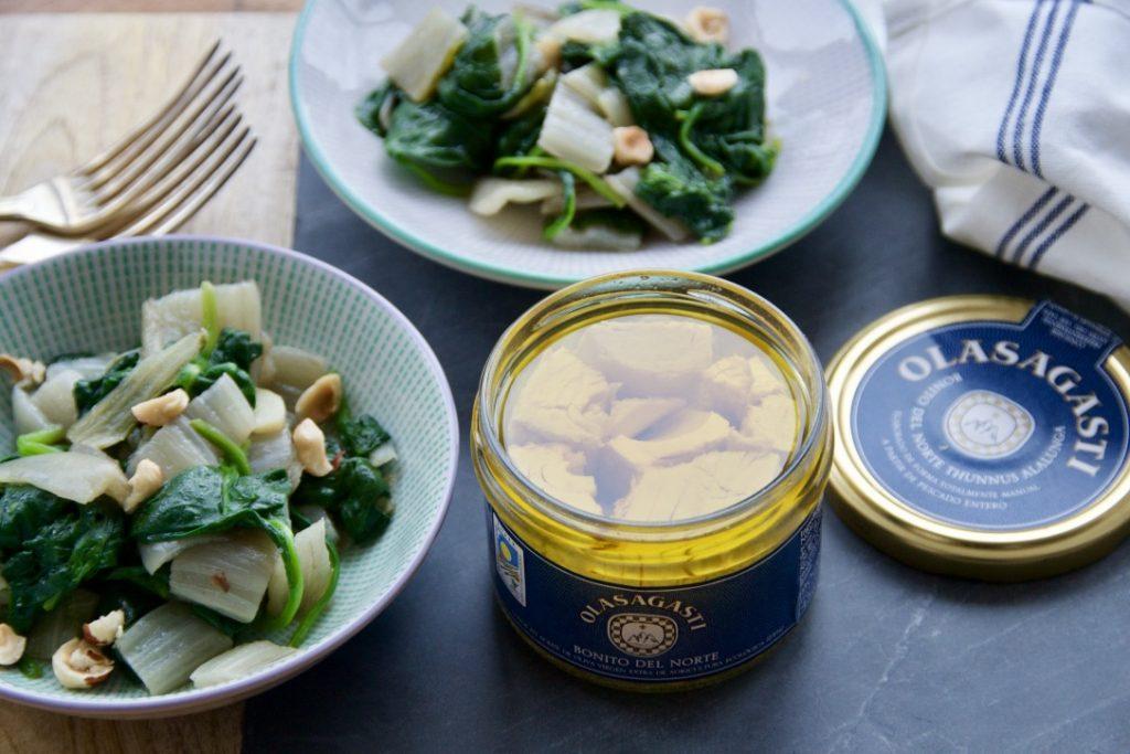 Pencas, espinacas y bonito del norte para un plato súper saludable.