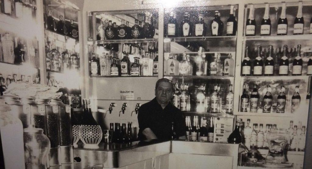 Rinolfo Dagna en su bar de Génova en 1970