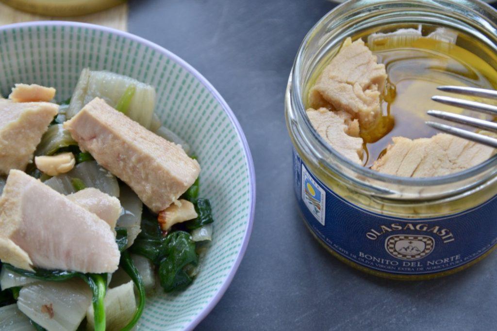 Pencas, espinacas y bonito del norte en aceite de oliva virgen extra para recetas de invierno.