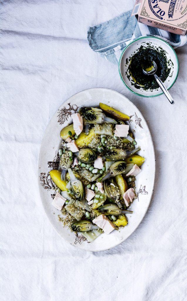 Ensalada de quinoa, alcachofas y bonito en conserva con vinagreta fácil.