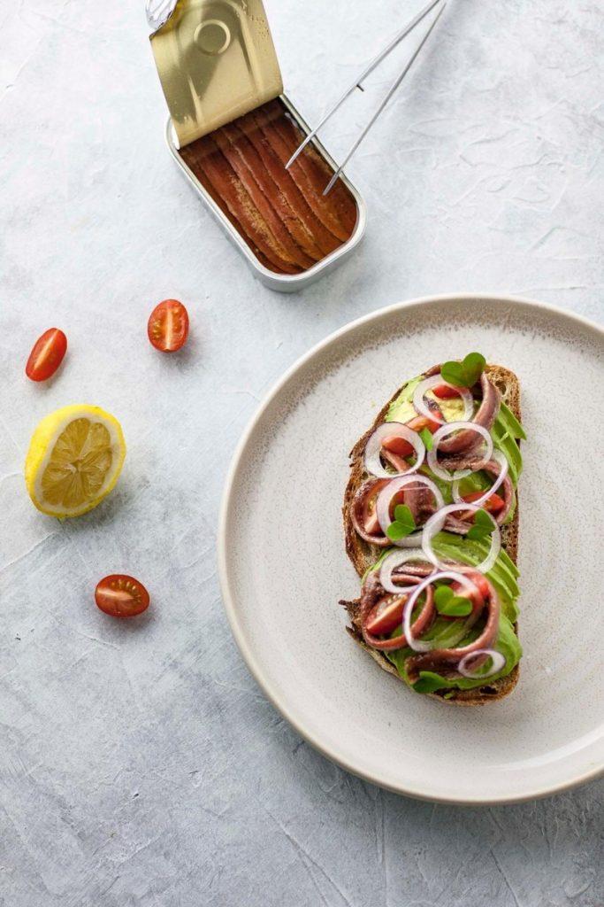 Tostada de aguacate y anchoas Olasagasti aderezada por el chef Pablo Díaz.
