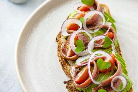 Espectacular tosta con filetes de anchoa del Cantábrico de Conservas Olasagasti.