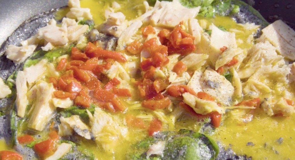 sartén con ingredientes de la tortilla de bonito del norte más original y jugosa del mundo.