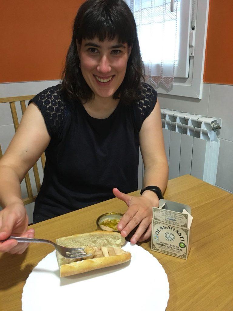 Olasagasti Team. Leire Etxaniz preparándose un bocadillo con bonito del norte en aceite de oliva virgen extra de conservas Olasagasti.