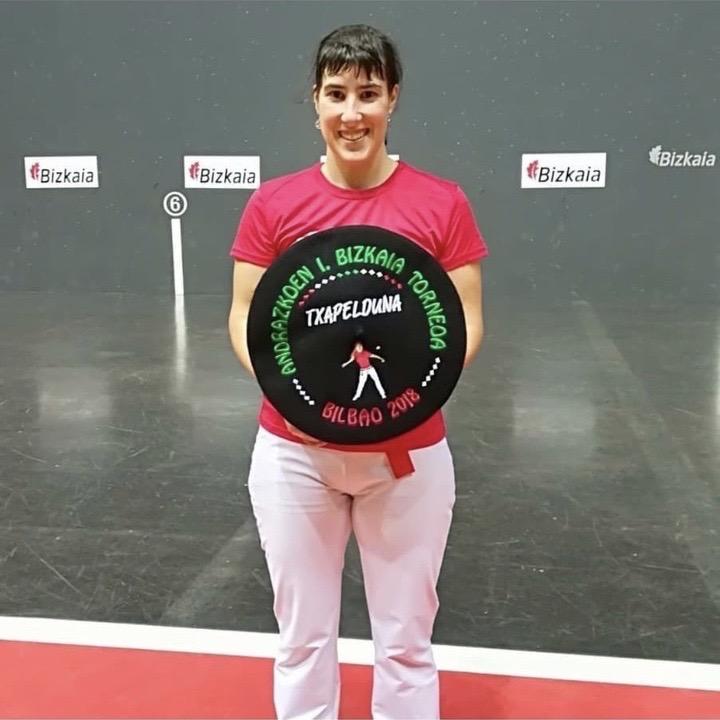 Leire Etxaniz de Olasagasti team con uno de sus trofeos.