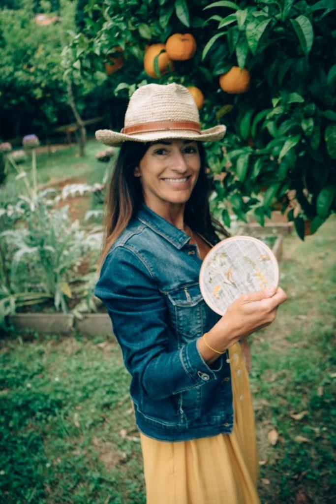 Marta de Olasagasti en Federica & Co con un bastidor de flores secas de Taller Silvestre
