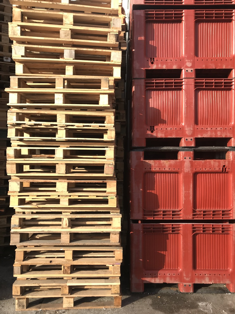 Cajas de pescado en el puerto de Getaria.