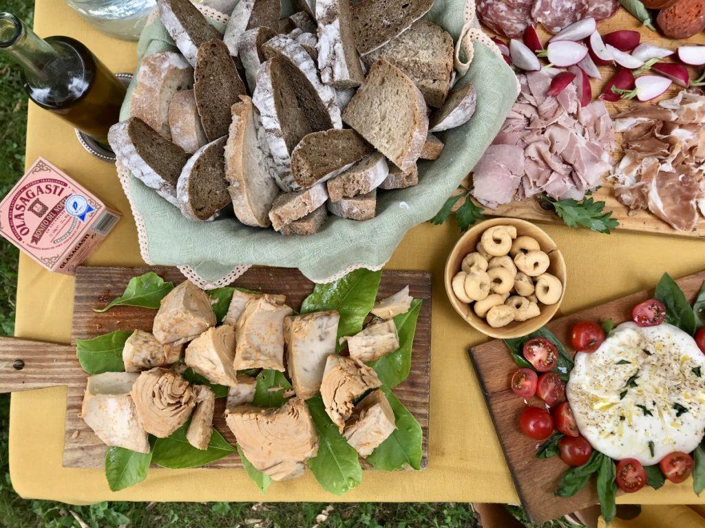 Mesa con pan, burrata, embutido y bonito del norte Olasagasti en Federica & Co