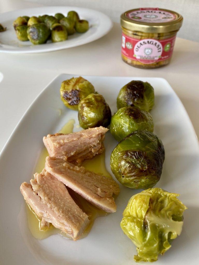 coles de Bruselas con lomos de atún claro Olasagasti en aceite de oliva virgen extra