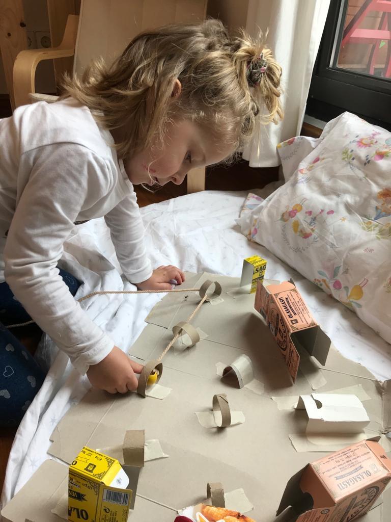 Niños a pie de cañón jugando horas interminables en casa
