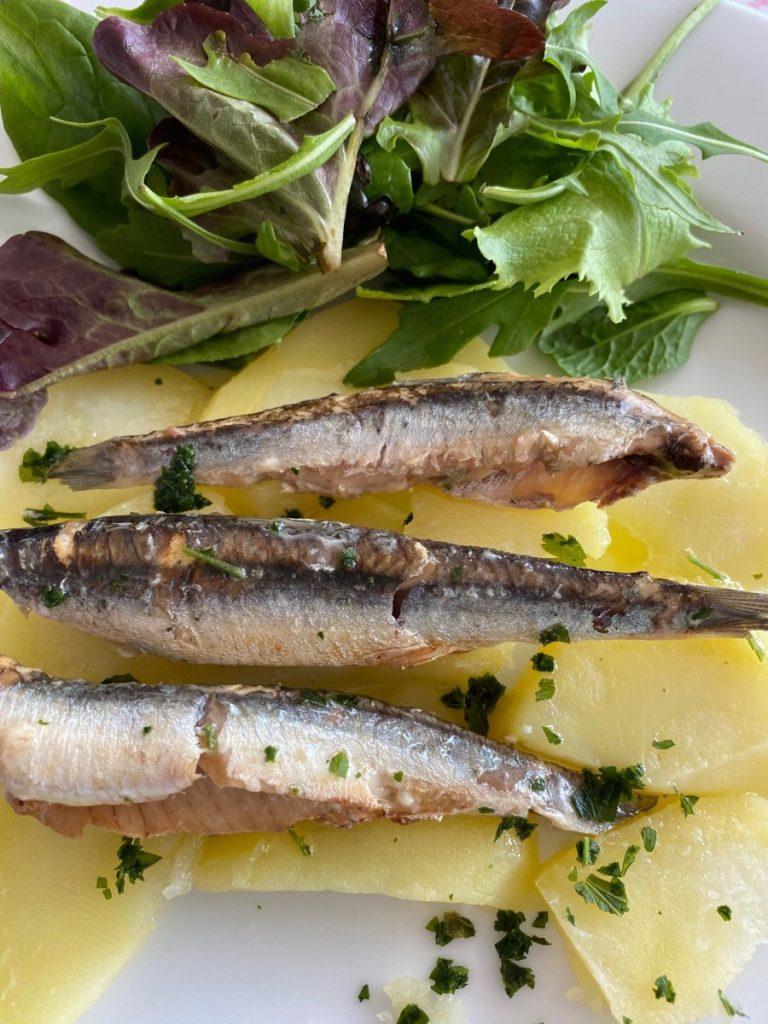Platos a base de conservas, ensalada de patata con anchoas a la donostiarra Olasagasti.