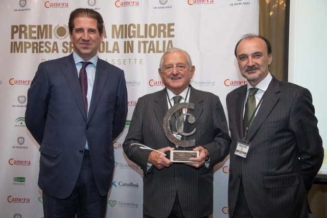Ignacio Orlando recibe el premio de mejor empresa española en Italia.