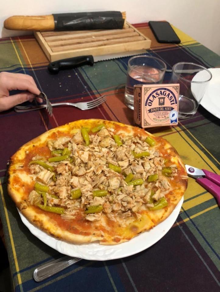 Pizza con bonito del norte Olasagasti y guindillas.