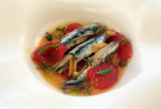 Anchoas del Cantábrico con sopa de tomate y tomate confitado.