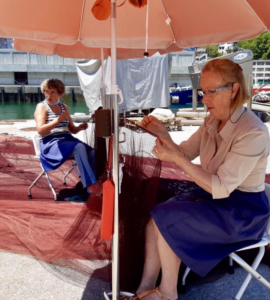 Rederas de Ondarroa cosiendo las redes de los pescadores de anchoa.
