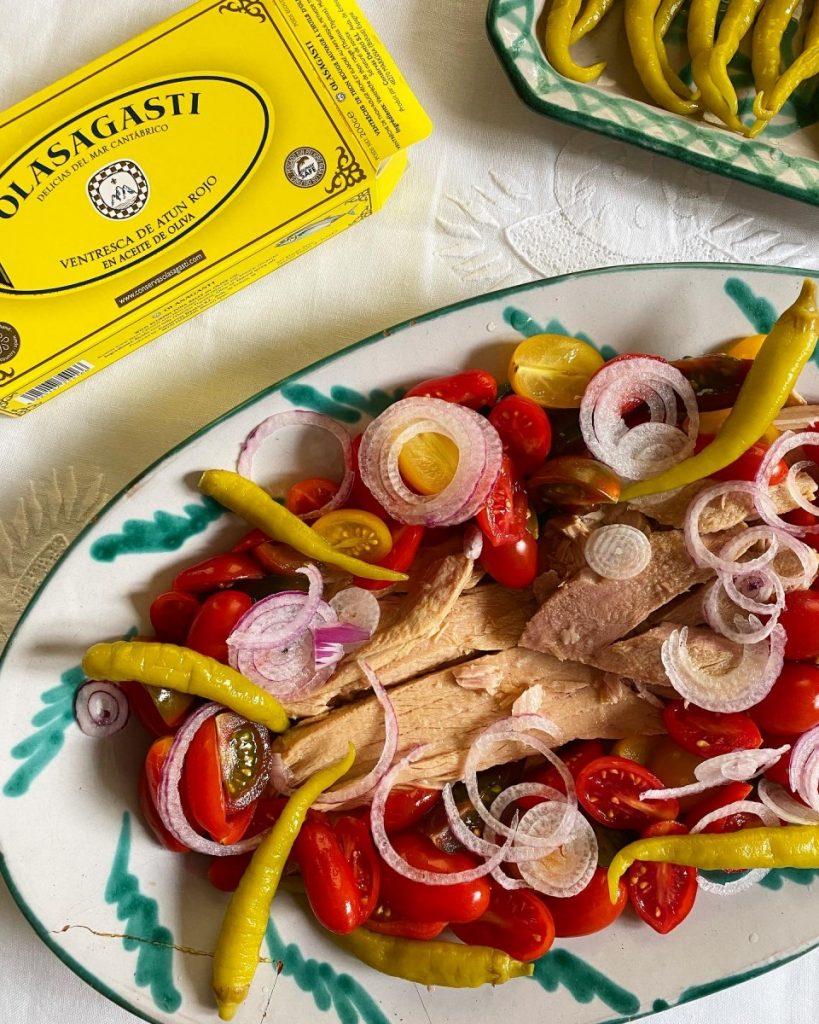 Olasagasti en verano con ensaladas con ventresca de atún rojo del Cantábrico