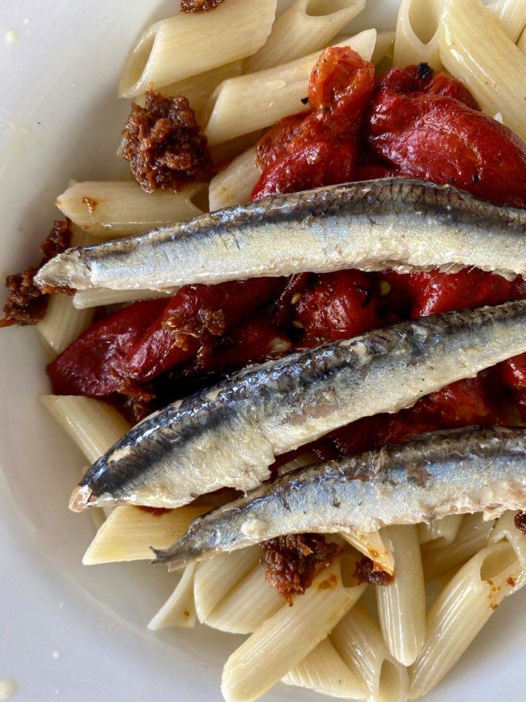 macarrones olasagasti con pimientos, anchoas a la donostiarra y salsa de tomates secos.