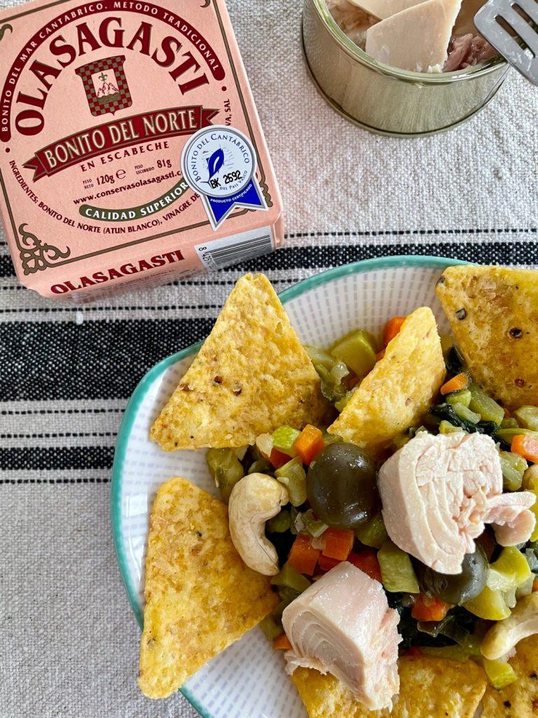 Recesta de nachos, verduritas y bonito del norte en escabeche Olasagasti.