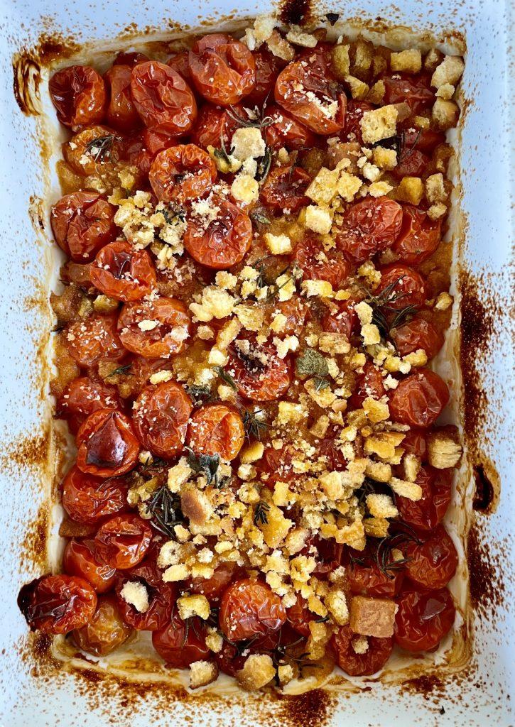 tomates cherry al horno con picatostes y hierbas