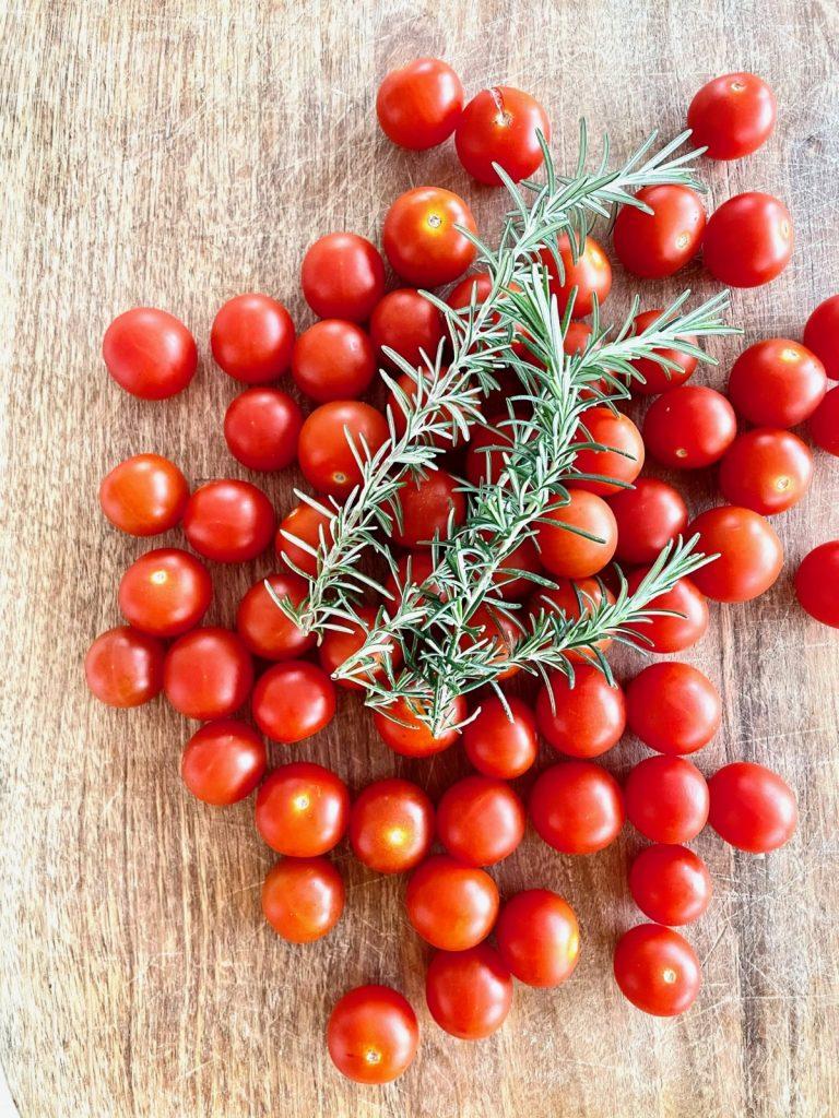 tomates cherry con romero.