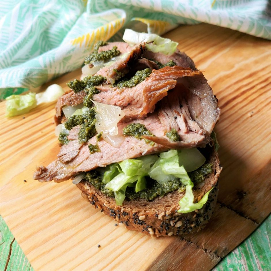 Tosta de carne, manzana y pesto Olasagasti de Eva Anía inspirada por Jamie Oliver