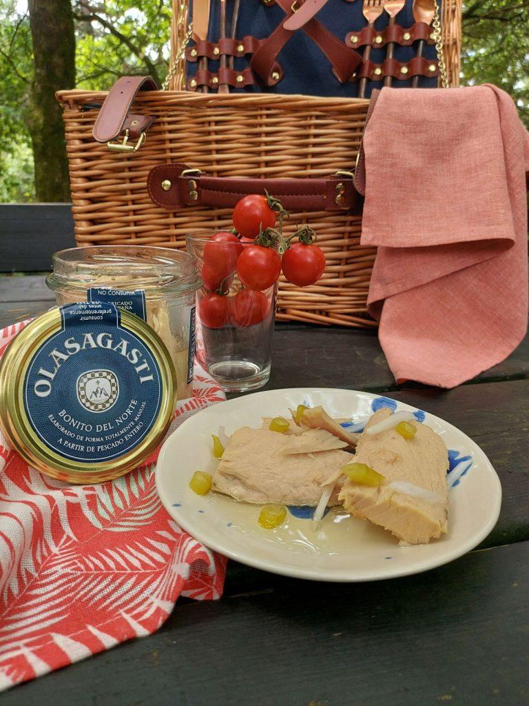 Tarro y lomos de bonito del norte Olasagasti en un entorno de picnic.