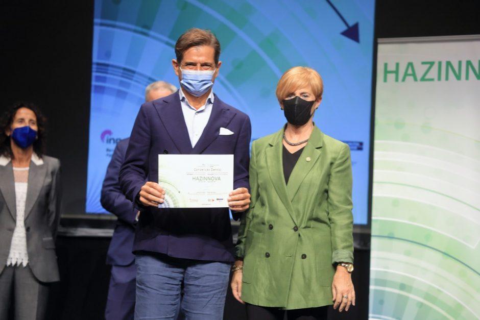 Matteo Orlando recoge diploma del programa Hazinnova para empresas innovadoras.